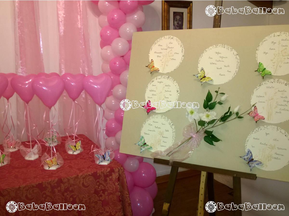 Allestimento per battesimo di palloncini con tavolo segnaposti e palloncini a cuore per rendere gioiosa la festa